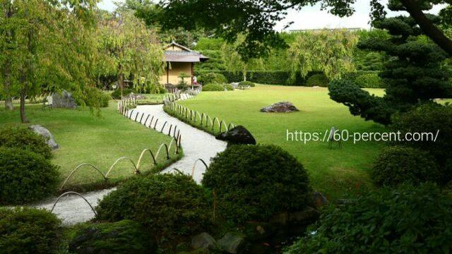 城南宮の庭園に佇む茶室の画像
