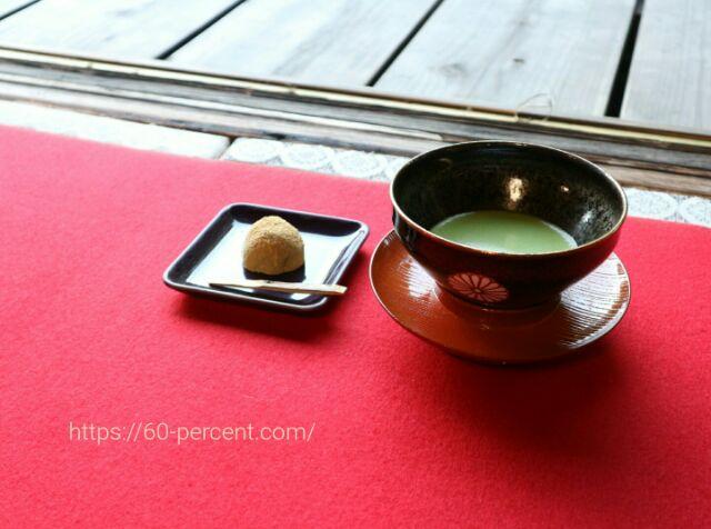雲龍院で頂くお抹茶(菊花紋章入り茶碗)とお菓子の画像